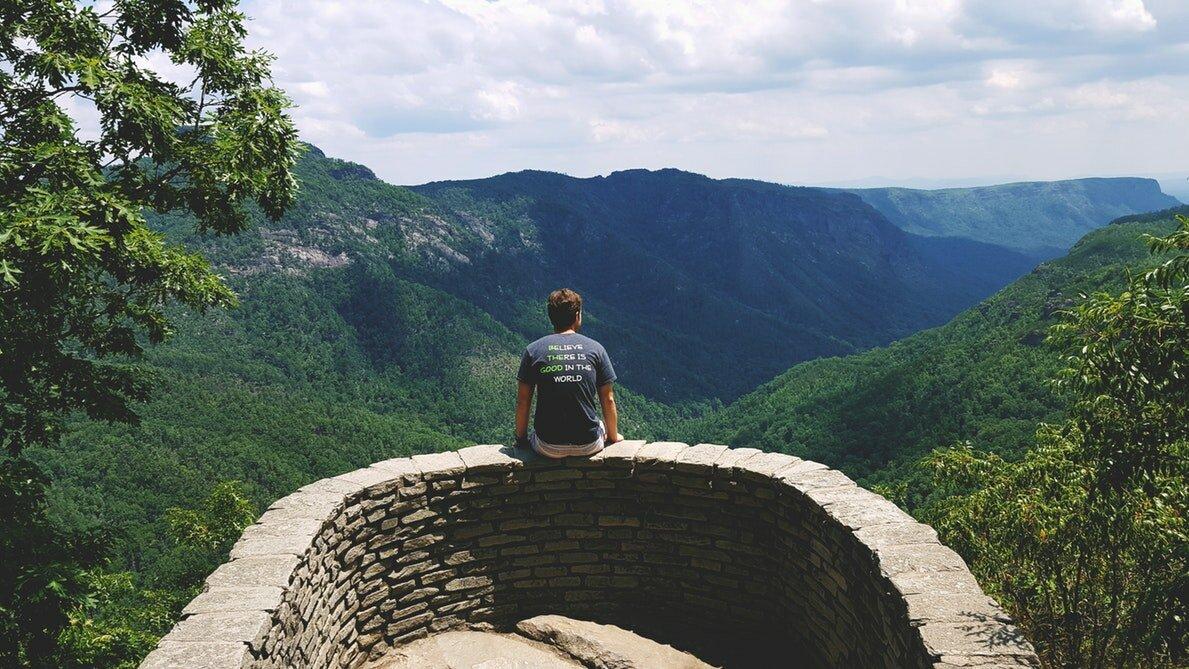 Imagen de hombre joven mirando paisaje